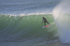 Practicar surf una onda grande Imagen de archivo libre de regalías