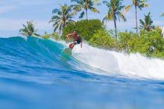 Practicar surf una onda Isla de Bali indonesia fotografía de archivo libre de regalías