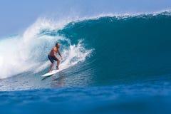 Practicar surf una resaca Area.Indonesia de Wave.GLand. fotografía de archivo