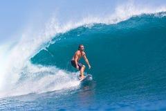 Practicar surf una resaca Area.Indonesia de Wave.GLand. Imagen de archivo libre de regalías