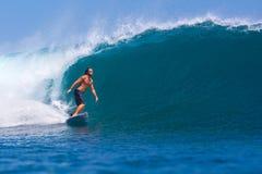 Practicar surf una resaca Area.Indonesia de Wave.GLand. fotos de archivo libres de regalías