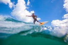 Practicar surf una resaca Area.Indonesia de Wave.GLand. Fotografía de archivo libre de regalías