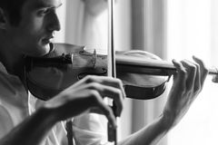 Practicing in playing the violin Royalty Free Stock Photography