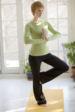 practicing pretty woman yoga young Στοκ εικόνα με δικαίωμα ελεύθερης χρήσης