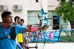 Practique el tiro al arco, deporte de las personas nacionales tailandesas Fotos de archivo