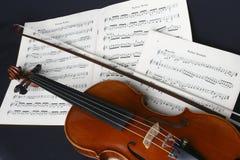 Practique el violín Imagenes de archivo