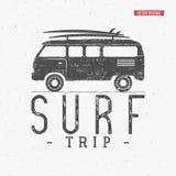 Practique surf el verano del vector del concepto del viaje que practica surf la insignia retra Vare el emblema de la persona que  Fotos de archivo libres de regalías