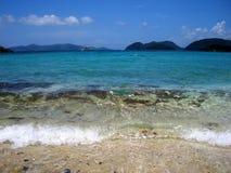Practique surf estrellarse en la playa tropical con el espacio de la copia Imágenes de archivo libres de regalías
