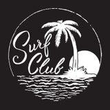 Practique surf la inscripción del club con la palmera, el océano y el sol Imagen de archivo