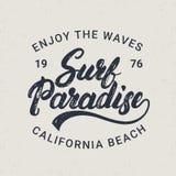 Practique surf la mano del paraíso escrita poniendo letras a la tipografía para la etiqueta, badge, junte con te la impresión en  Imagenes de archivo