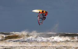 Practique surf Salto Imagenes de archivo