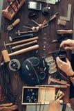 Pracujący biurko złotnik, odgórny widok fotografia royalty free