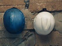 Pracujący hełmy biali i błękitni zdjęcie royalty free
