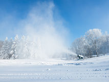 Pracująca śnieżna robi maszyna przy narciarskim polem Obraz Stock