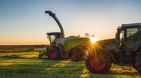 Pracująca agicultural maszyneria w słonecznym dniu Obraz Stock