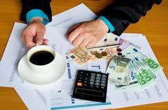 Pracująca biznesmen ręki filiżanka kawy Zdjęcia Stock