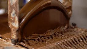 Pracująca czekoladowa narzut maszyna przy ciasteczkiem zbiory