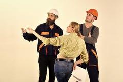 Pracująca drużyna Techniczny zadania pojęcie Kobieta klient pyta dla naprawy, odświeżanie Brygada pracownicy, budowniczowie wewną obraz royalty free
