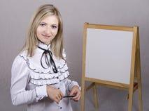 Pracująca dziewczyna trzyma prezentację Zdjęcia Stock