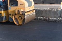 Pracująca przejażdżka na rolownika asfaltu compactor Obrazy Stock