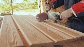 Pracujące joiner procesów deski Druciany muśnięcie podczas machining drewna Szczotkować drewnianą pracę zdjęcie wideo