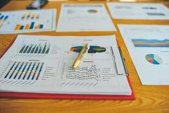 Pracującego biurka i Pracującego dokumentu Pomyślny biznesmen W ich pracie w innej pracie i I wydajny Obraz Stock