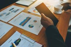 Pracującego biurka i Pracującego dokumentu Pomyślny biznesmen W ich pracie w innej pracie i I wydajny Zdjęcie Stock