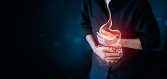 Pracującego mężczyzna macania żołądek, cierpienie bolesny od stomachache obraz stock