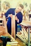 Pracującego mężczyzna narządzania chipboard dla pracy Fotografia Stock