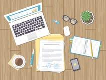 Pracujący środowisko, biznesowy pojęcie, analiza, rewizja Mapy, wykresy i formy, Desktop z dokumentami, laptop, notatnik Zdjęcie Royalty Free