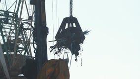 Pracujący żuraw przy złomowym rozsypiskiem ładuje żelazo zdjęcie wideo