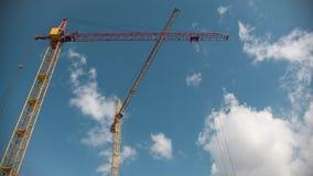Pracujący żuraw w budowie w fronr niebieskie niebo, upływ zbiory