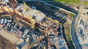 Pracujący basztowi żurawie Mieszkanie w budowie, widok z lotu ptaka 4K zbiory