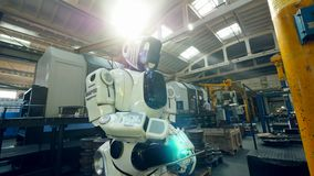 Pracujący cyborg pisać na maszynie na pastylce podczas gdy stojący w roślina pokoju zbiory wideo