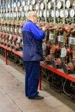 Pracujący mężczyzna blisko pomiarowego wyposażenia Obraz Stock