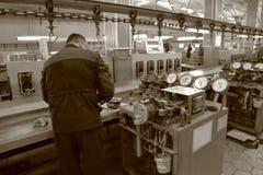 Pracujący mężczyzna blisko pomiarowego wyposażenia Fotografia Stock