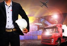 Pracujący mężczyzna w wysyłka porcie, frachtowy ładunek, logistycznie i importowy, Zdjęcia Royalty Free