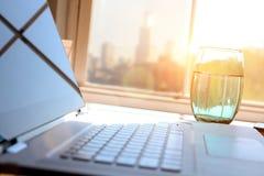 Pracujący miejsce z laptopem, cyfrowa pastylka; wykresy przy biurem zdjęcie royalty free