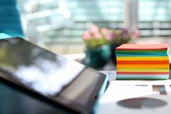 Pracujący miejsce z laptopem, cyfrowa pastylka; wykresy przy biurem fotografia royalty free