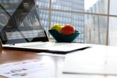 Pracujący miejsce z laptopem, cyfrowa pastylka; wykresy przy biurem obrazy royalty free