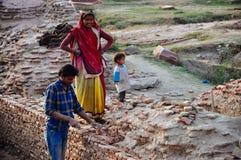 Pracujący miejscowy z jego rodziną w Agra, India Fotografia Royalty Free