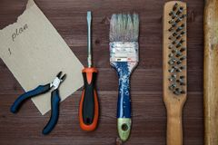 Pracujący narzędzia kłaść out na drewnianym tle Pojęcie budowa, drewniany tło, przestrzeń dla teksta Odgórny widok zdjęcie stock