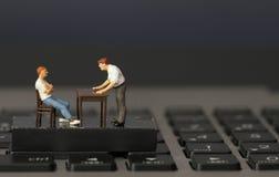 Pracujący online miniatura biznesmena szef fotografia stock