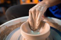 Pracujący proces mężczyzna praca przy garncarkami toczy wewnątrz sztuki studio Niewiadomy rzemieślnik tworzy dzbanek Ostrość na r obraz stock