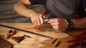 Pracujący proces rzemienny pasek w rzemiennym warsztacie Mężczyzna mienie wykonuje ręcznie narzędzie i działanie Garbarz w starym zbiory
