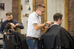 Pracujący proces w zakładzie fryzjerskim zdjęcie royalty free