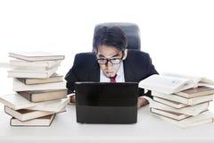 Pracujący przy biurem póżno Obrazy Stock