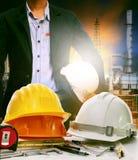 Pracujący stół inżynier w rafineria ropy naftowej przemysłu rośliny use dla Obraz Stock