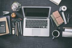 Pracujący stół na czarnym bacground Zdjęcie Stock