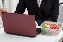 Pracujący szef z lekkim posiłkiem zdjęcia stock